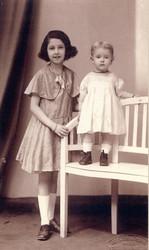 l.: Jessy Winkler (später Jehudith Hübner) und ihre jüngere Schwester Edith