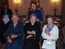 Vera Adams, Dorli Neale, Vera Graubart. Im Hintergrund GR Gerti Mayr