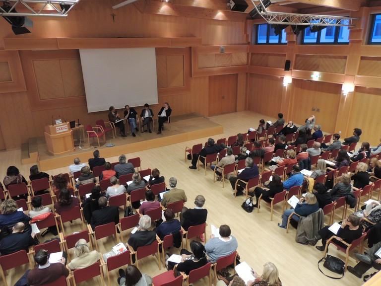 11. Zentrales Seminar - die ca. 160 TeilnehmerInnen im Plenum am Eröffnungstag. Unter ihnen zahlreiche ExpertInnen und LehrerInnen aus vielen Teilen Europas.