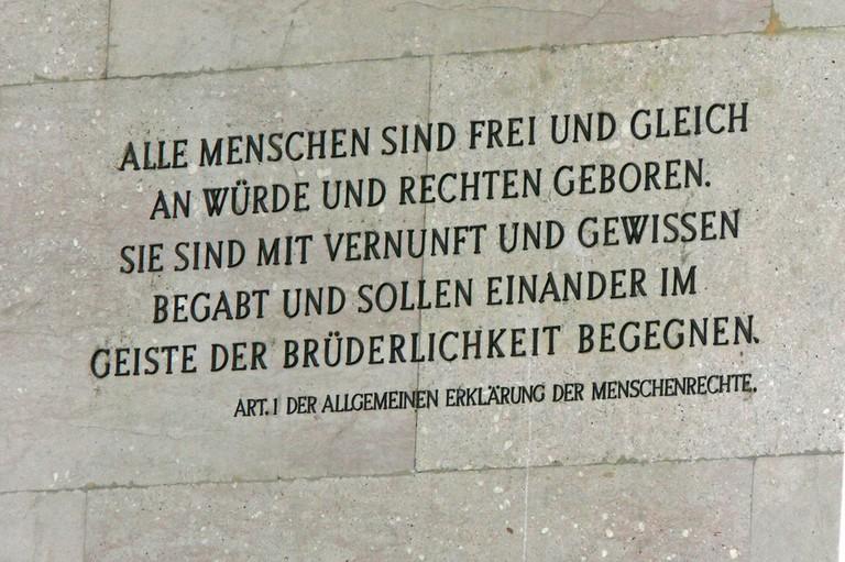 Artikel 1 der Allgemeinen Erklärung der Menschenrechte am Wiener Parlament (Wiki commons)