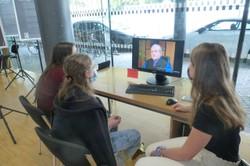SchülerInnen des BG Feldkirch beim Betrachten der Interviews. (Quelle: Markus Amann)