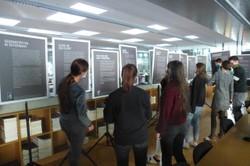 Auf der Rückseite der Ausstellungstafeln finden sich Informationen zum historischen und wissenschaftlichen Kontext der ZeitzeugInnenberichte. (Quelle: Markus Amann)