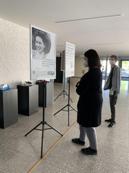 Die Tafel zur Biographie von Sophie Haber berichtet über Ihre Flucht in die Schweiz. In diesem Zusammenhang spricht sie über Hohenems und den St. Galler Polizeihauptmann Paul Grüninger, der sich seinen Befehlen verweigerte und damit Leben rettete. (Quelle: Nergiz Köz)