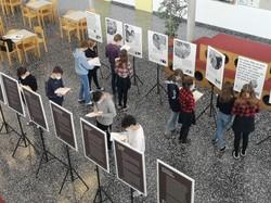 SchülerInnen des BG Lustenau bei der Arbeit mit der Ausstellung. (Quelle: Ulrike Studer)