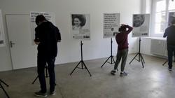 Schüler der Mittelschule Schruns-Dorf betrachten mit Smartphones die Interviews der Ausstellung. (Quelle: Daniela Vogt-Marent)