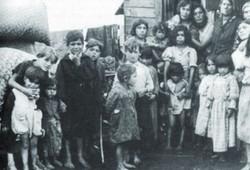 Sinti Frauen mit ihren Kindern im Lager Maxglan bei Salzburg im Jahre 1939 oder 1940. (© Dokumentationsarchiv deutscher Sinti und Roma Heidelberg/Deutschland)