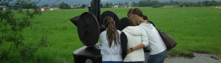 SchülerInnen besuchen das Denkmal in Maxglan 2010, kurz nach der Eröffnung (© Radiofabrik Salzburg)