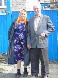 Pawel Lapaew leistete einst Zwangsarbeit auf den Baustellen der Illwerke im Montafon. In der Hand hält er ein Foto vom Silvretta-Dorf. (Aufnahme: Wernfried Ruff, 2007 in Rowenki/Ostukraine)