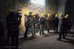 """""""Unternehmen Magnesit"""" – Stollenbesuch in Überlingen (D). Die Exkursion wurdr von Oswald Burger geleitet. Er trug entscheidend dazu bei, den """"Goldbacher Stollen"""" zu erforschen. Der Stollen wurde im Zweiten Weltkrieg von Häftlingen eines Außenlagers des KZs Dachau errichtet, um dort die Rüstungsindustrie aus Friedrichshafen sicher vor Bombenangriffen der Alliierten unterzubringen. (Foto: Joachim Wiesner ©)"""