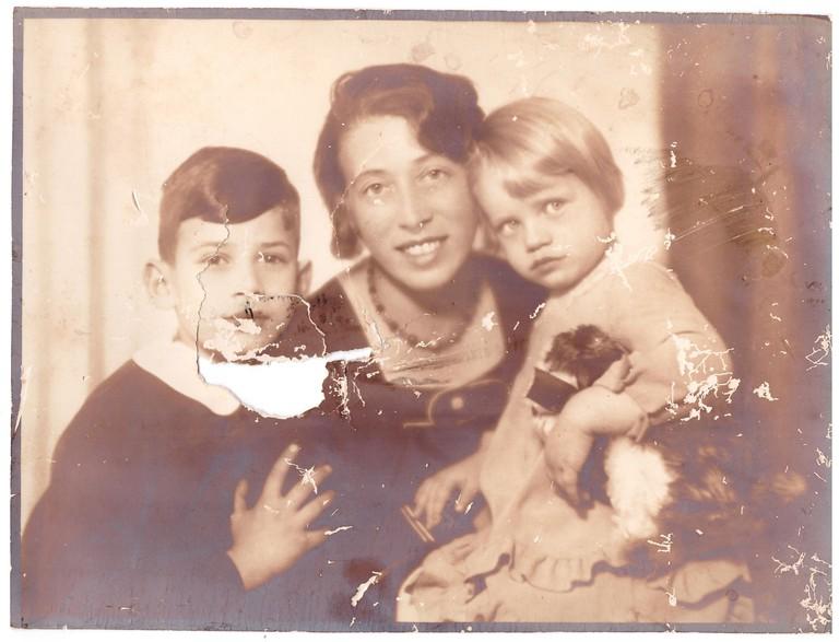 Elvira und Walter Friedländer mit ihrer Mutter in Klagenfurt. Dieses Foto wurde von den Randalieren im Zuge des Novemberpogroms im Haus der Familie beschädigt. (Foto: Elvira Friedländer, Tel Aviv, privat)
