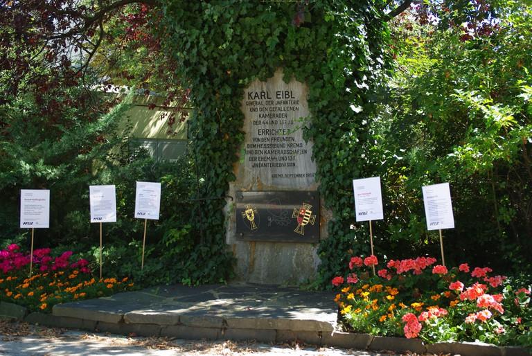 Das gepflegte Denkmal für den Wehrmachtsgeneral Karl Eibl mit den kleinen Denktafeln