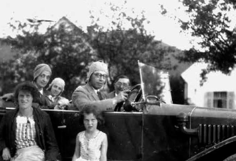 Bruno Kurzweil (am Steuer) mit Gisela und Adele Kurzweil (vor dem Wagen) und Familie Robinson
