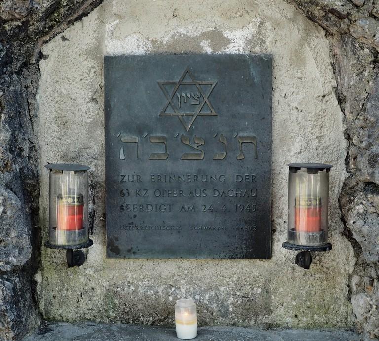 Ehemalige Gedenktafel für die Opfer des Todesmarsches bei Seefeld im Waldfriedhof.jpg