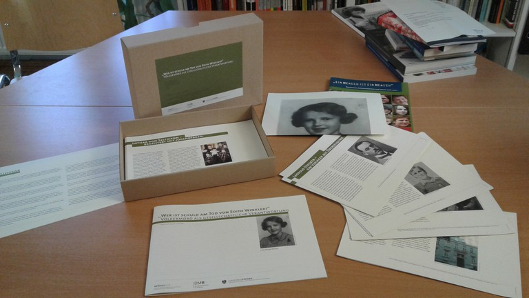 """Auch die Lernmaterialien """"Wer ist Schuld am Tod von Edith Winkler?"""" werden im Rahmen des Workshops vorgestellt. Basierend auf biographischen Karten regen sie zur Auseinandersetzung mit Fragen der (Mit)-TäterInnenschaft an."""