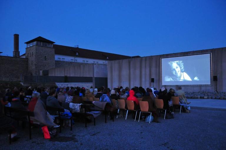Open-Air-Filmretrospektive vor dem Besucherzentrum der KZ-Gedenkstätte Mauthausen (Foto: KZ-Gedenkstätte Mauthausen / Stephan Matyus)