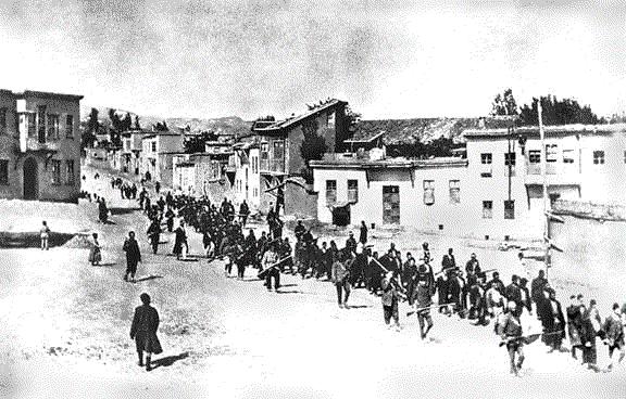 Armenische Zivilisten, die von Soldaten durch Harput ins Gefängnis von Elazig getrieben werden, April 1915
