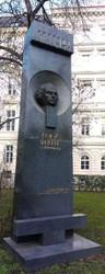 """Im Wiener Schillerpark wurde 1998 ein Denkmal für Werfel mit der Aufschrift """"In Dankbarkeit und Hochachtung. Das armenische Volkent"""" enthüllt."""
