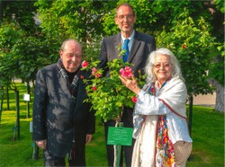 Prof. Rudolf Gelbard mit Inge Gelbard und Bildungsminister Prof. Faßmann mit dem nach ihm benannten Rosenstock im Mai 2018.