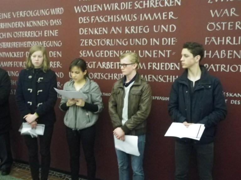 Wiener SchülerInnen bei einer Gedenkkundgebungen zum Jahrestag der Annexion Österreichs.