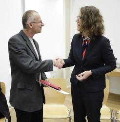 Bildungsministerin Rauskala bedankte sich für das langjährige Engagement von Dr. Angerer.