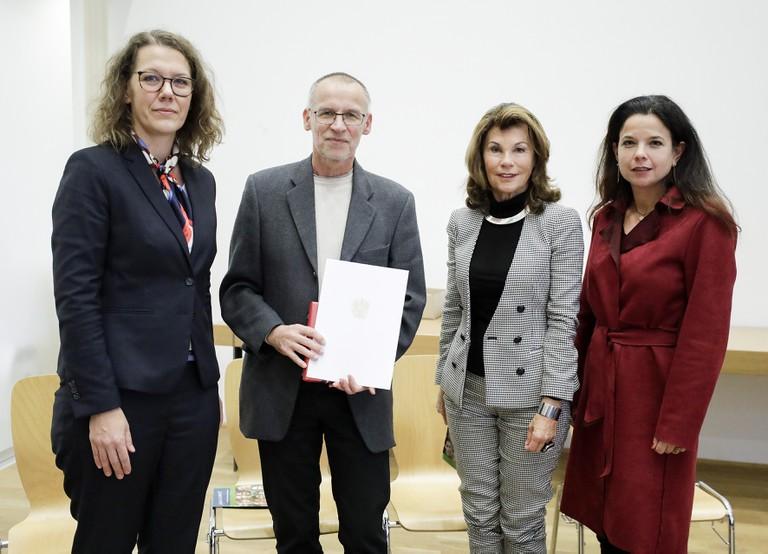 Ehrung für Dr. Angerer,_erinnern.at_-Oberösterreich. V.l.n.r. Bildungsministerin Rauskala, Dr. Angerer, Bundeskanzlerin Bierlein, Dr. Glück, Leiterin der Gedenkstätte Mauthausen.