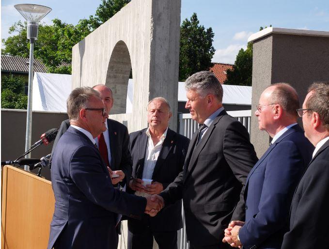 Händedruck: Landeshauptmann Hans Niessl (links) und Herbert Brettl (Netzwerk _erinnern.at_)